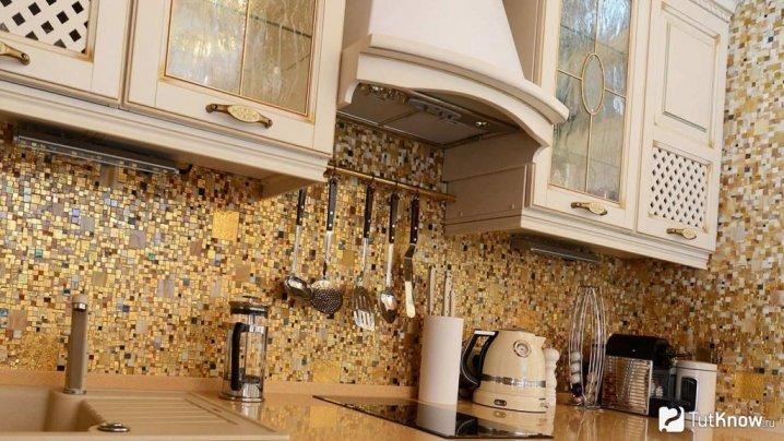 Мозаїка на стінах кухні